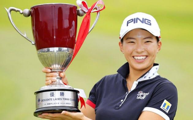 女子ゴルフのデサント東海クラシックで逆転優勝し、カップを手に笑顔の渋野日向子。8月のAIG全英女子オープン以来の勝利を挙げた(22日、愛知県美浜町の新南愛知CC)=共同