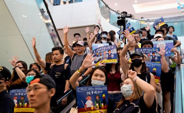 22日、香港の商業施設に集まったデモ隊=ロイター