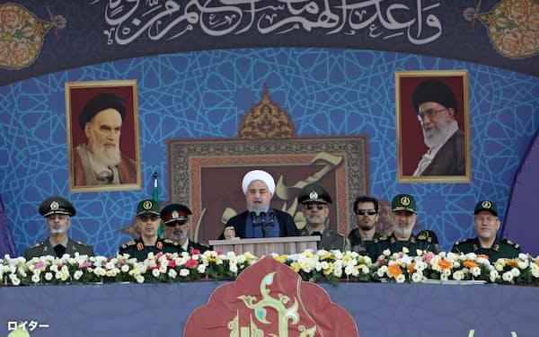 22日の軍事パレードで演説するロウハニ大統領(テヘラン)=WANA・ロイター