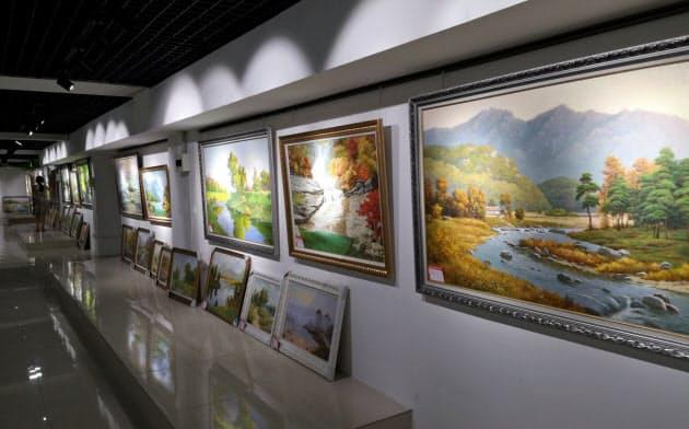 中国の画廊に並ぶ北朝鮮の絵画(遼寧省丹東市)