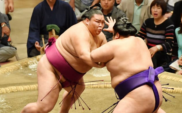 優勝決定戦で貴景勝(右)を攻める御嶽海