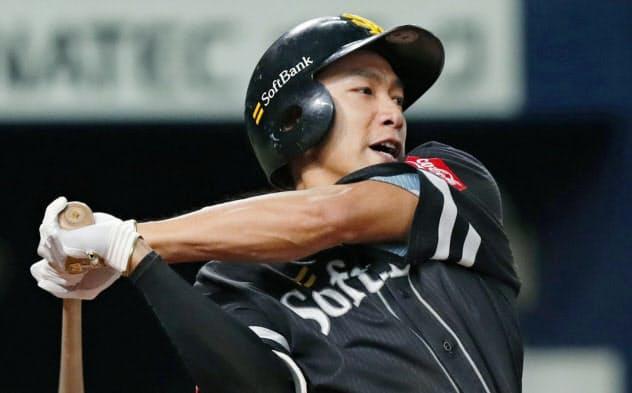 6回ソフトバンク無死一塁、柳田が右中間に適時三塁打を放つ(22日、京セラドーム)=共同