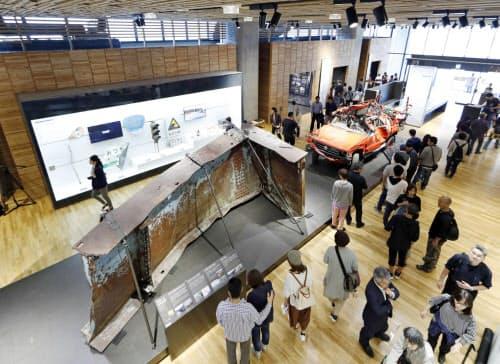 開業した東日本大震災津波伝承館。被災した橋桁の一部や消防車などが展示されている(22日午後、岩手県陸前高田市)=共同