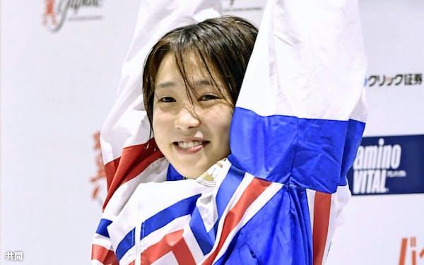 女子高飛び込みで優勝し、歓声に応える荒井祭里(22日、金沢プール)=共同