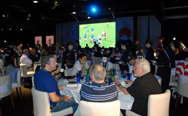 世界各国から集まった客が食事や選手のトークショーなどを楽しんだ(22日、横浜市)