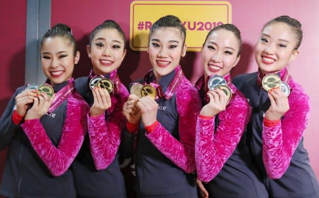 団体種目別決勝のボールとフープ・クラブで金、銀メダルを獲得し、笑顔を見せる日本代表=山本博文撮影