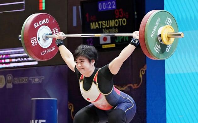 女子64キロ級 スナッチで93キロに成功した松本潮霞(22日、パタヤ)=共同