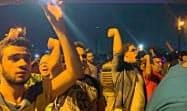 エジプトのカイロ中心部で反政府のスローガンを叫ぶデモ参加者たち=ロイター