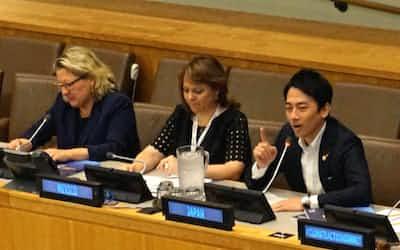 国連の気候関連イベントで話す小泉進次郎環境相(右)=22日、ニューヨークの国連本部