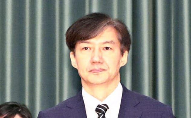 韓国の曺国法相(右)には任命前から家族を巡る疑惑が浮上していた(9日の任命式、ソウル)=(聯合・共同)
