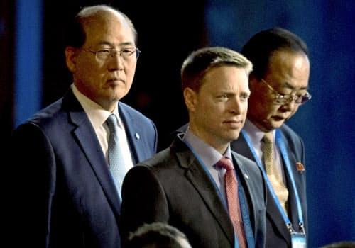 ポッティンジャー氏(中央)は米朝首脳会談の実現に尽力した=ロイター