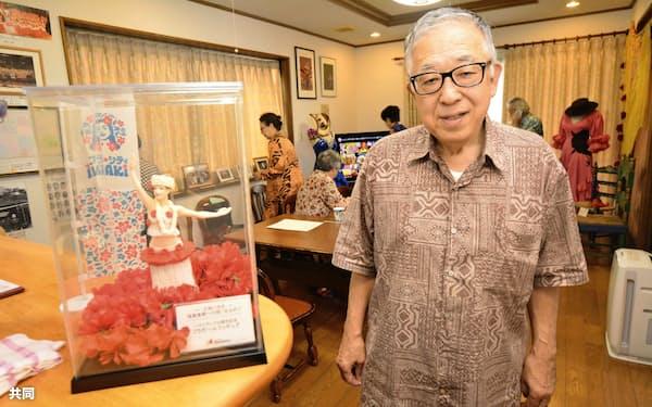 元フラガールの小野恵美子さん宅にオープンした交流館「エミコ オハナ」館長で夫の英人さん(23日、福島県いわき市)=共同