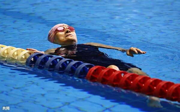 「ジャパンマスターズ2019」に出場し、女子50メートル背泳ぎに挑む長岡三重子さん(23日、福岡市)=共同