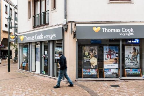 傘下の航空会社も含め、全ての営業を停止した(仏北部クラマールにあるトーマス・クックの店舗)=AP