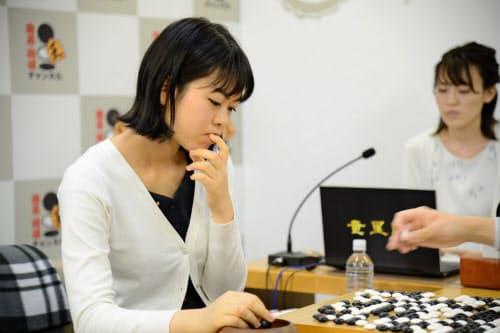 竜星戦決勝の対局を振り返る上野女流棋聖(23日、東京都千代田区)=日本棋院提供