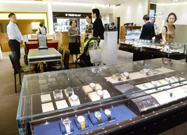 消費増税を前に時計売り場で買い物をする人たち(21日、東京都中央区の高島屋日本橋店)