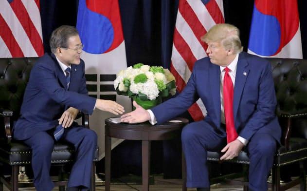 会談するトランプ米大統領(右)と韓国の文在寅大統領(23日、ニューヨーク)=ロイター