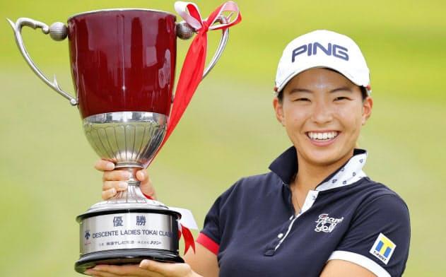 女子ゴルフのデサント東海クラシックで逆転優勝し、カップを手に笑顔の渋野日向子=共同