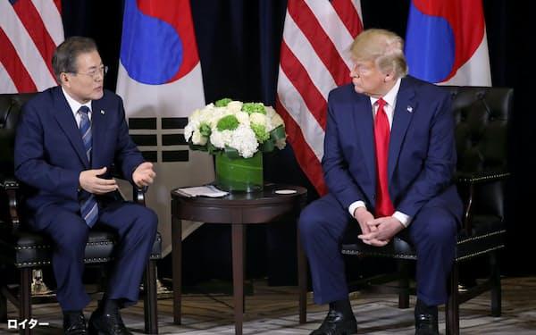 23日、ニューヨークで会談したトランプ米大統領(右)と文韓国大統領=ロイター
