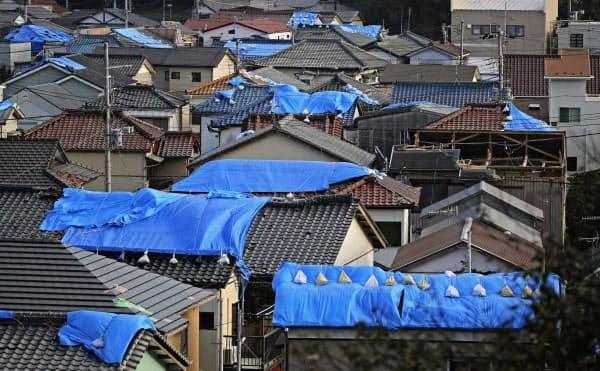 台風19号が迫る中、千葉県内ではブルーシートの不足懸念が広がっている(千葉県鋸南町)=共同