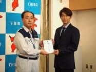 嵐の相葉雅紀さんが義援金を手渡した(24日、千葉県庁)