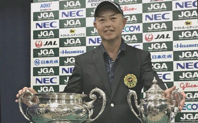 日本オープン(左)とシニアオープン(右)の優勝トロフィーを手にした谷口徹
