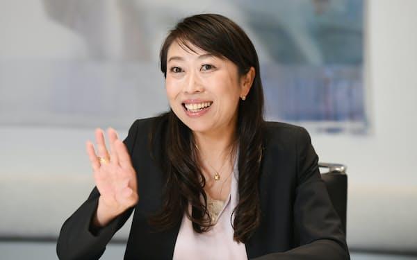 インタビューに答えるマネックス証券の清明祐子社長