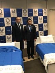 エアウィーヴが発表した寝具と同社の高岡本州会長兼社長(写真右)