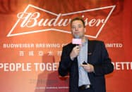 インベブ子会社のジャン・クラップスCEOはM&Aに前向きだ(17日、香港)