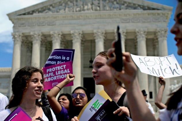米最高裁前でデモ行進をする市民たち(米ワシントン、5月)=ロイター