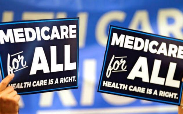 皆保険法案を発表するバーニー・サンダース候補に支持を表明する支持者たち=ロイター