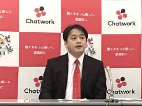 記者会見するチャットワークの山本正喜社長(24日、東証)