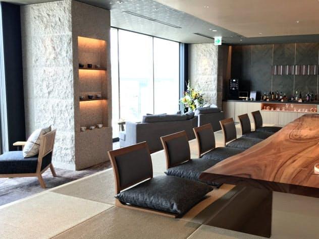 最上階の宿泊者用ラウンジでは、九州の地酒が楽しめる(24日、福岡市)