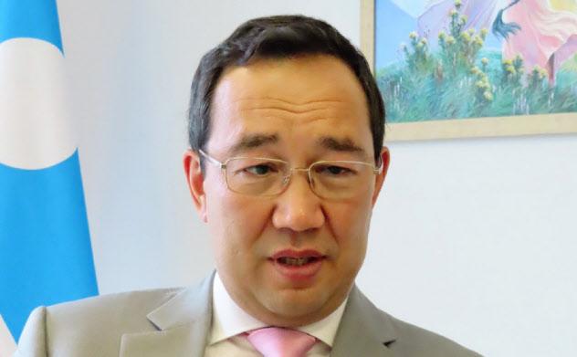 6日、東方経済フォーラムの会場で会見したサハ共和国のニコラエフ首長
