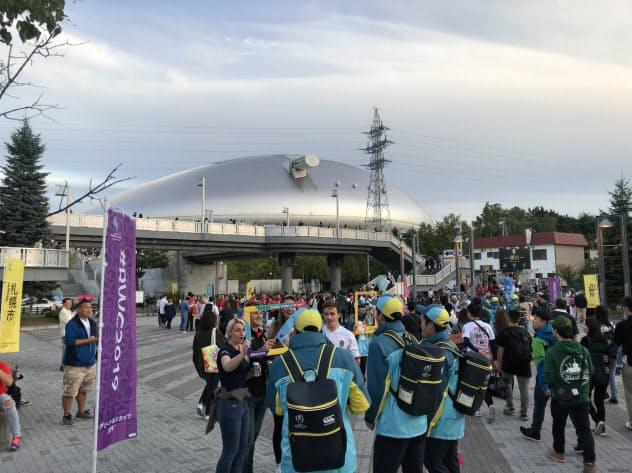 海外からも多くの観戦客が訪れた(22日、イングランド―トンガ戦開始前の札幌ドーム)