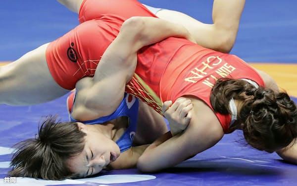 女子50キロ級3回戦で中国選手(上)に敗れた入江ゆき=共同