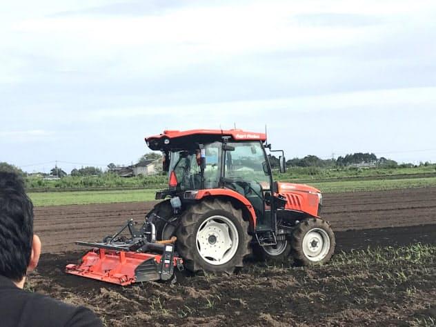 無人トラクターが畑を耕していく(宮崎県高鍋町)