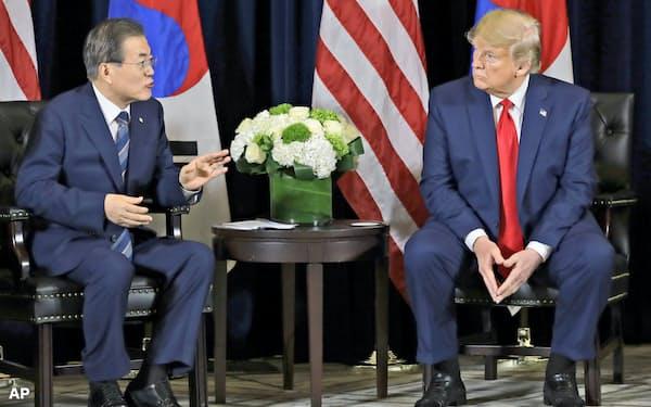 ニューヨークのホテルで会談するトランプ米大統領(右)と韓国の文在寅大統領=AP