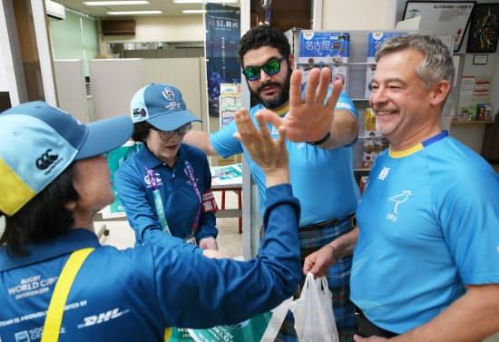 海外からのファンを出迎えるボランティアスタッフ(25日午前、JR釜石駅)