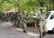 派遣要請を受け、キャンプ場を捜索する自衛隊員(25日午前、山梨県道志村)=共同
