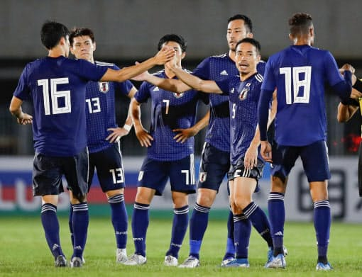 W杯カタール大会アジア2次予選の初戦でミャンマーに快勝し、タッチを交わす日本イレブン=共同