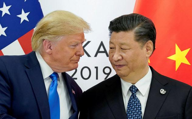 トランプ米大統領(左)は高関税政策を繰り出し、中国の習近平国家主席に構造改革を迫る=ロイター