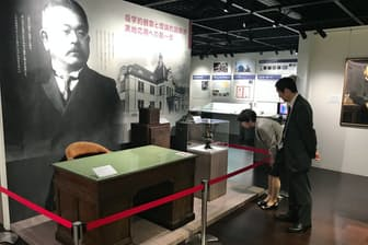 北里柴三郎の机・椅子や実験器具などが展示され、功績などを知ることができる(北里柴三郎記念室)