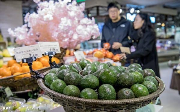 中国ではヘルシーなイメージからアボカドの人気が高まっている(上海市内のスーパー)=AP