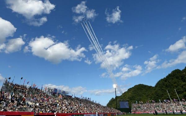 試合前、スタジアム上空を飛んだブルーインパルス(25日、岩手県釜石市の釜石鵜住居復興スタジアム)