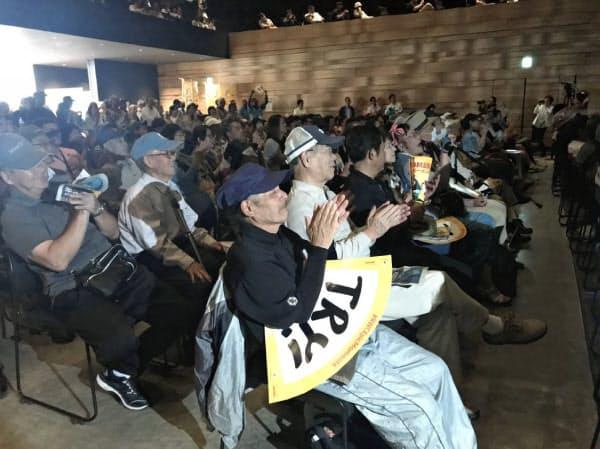 ファンゾーンで拍手をする観客(25日、市内のホール)