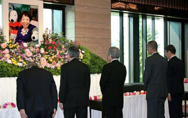 田辺聖子さんの遺影に献花する関係者(25日、東京都千代田区の東京会館)