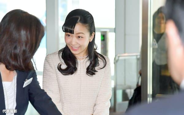 オーストリアとハンガリーの公式訪問を終え、羽田空港に到着した秋篠宮家の次女佳子さま(25日、羽田空港)=代表撮影