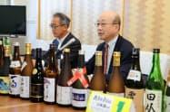 日本酒の日について説明する秋田県酒造協同組合の小玉真一郎理事長(右)ら(25日、秋田県庁)