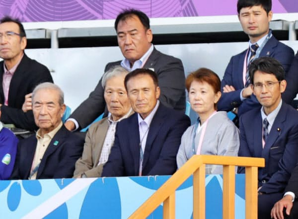 スタンドで観戦する石山さん(前列右から3人目)=25日、岩手県釜石市の釜石鵜住居復興スタジアム